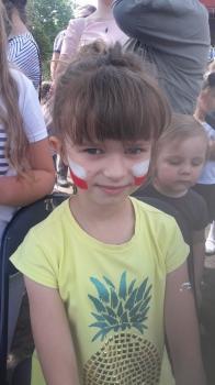 Szkolny Dzień Sportu – malowanie twarzy dzieciom – Flaga (M. Piwińska  i K. Płocka)