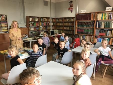 Klasa I b w bibliotece szkolnej